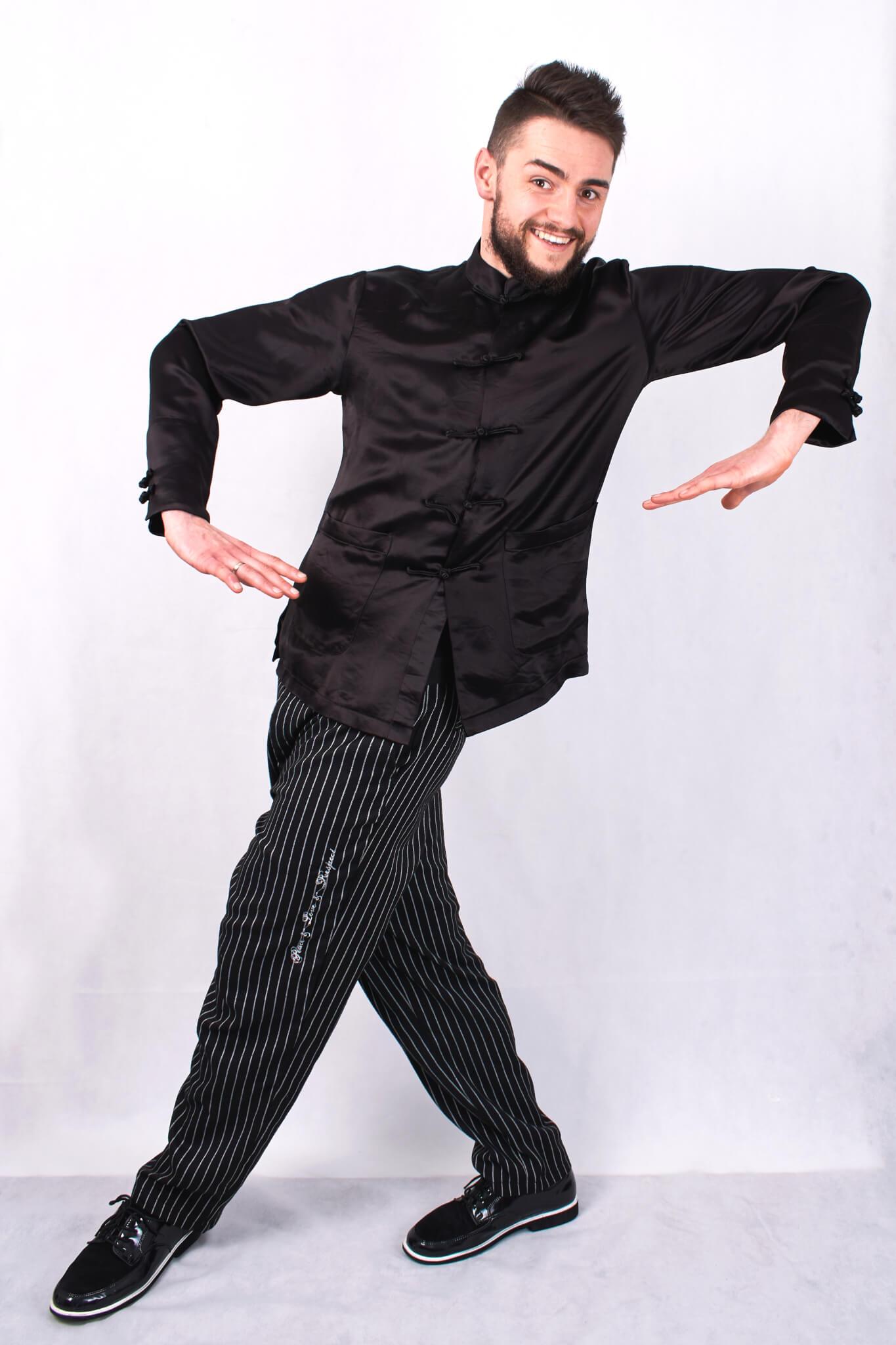 """Optymistycznie nastawiony do świata oraz pasjonacko do tańca, dąży do postawionych sobie celów. To w wieku 15 lat zaczął swoją przygodę taneczną, począwszy od """"Tańca towarzyskiego"""" przechodząc przez """"Jump Style"""", doszedłszy do stylu tanecznego, jakim jest """"Popping"""", który jest jego stylem wiodącym. Swoim optymizmem oraz pracowitością zaraża ludzi na warsztatach tanecznych, które prowadzi w Polsce jak i za jej granicami. Nałogowy turysta z czego wynikają jego częste wyjazdy na zawody, na których niejednokrotnie zajmował miejsce na podium, a także egzotyczne podróże do Japonii, którą fascynuje się na co dzień i czerpie z niej inspiracje. Ponadto świetnie odnajduje się na deskach teatru, gdzie gra rolę zarówno tancerza jak i aktora podczas spektakli. Uczył się u najlepszych instruktorów i choreografów takich jak: Mr Wiggles, Bionic Man, Gucchon, Jr. Boogaloo, Venom, Jo Dance, Sally Sly, Tiro, Ness, MonstaPop, MegaMan, Baturo, Temps"""
